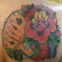 el tatuaje de color de las rosas y los naipes del póker