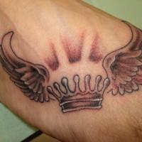 Une couronne aillée tatouage sur le pied