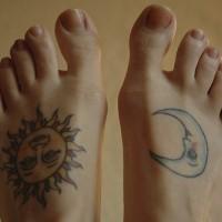 La lune e il sole tatuati sui piedi