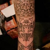 Le tatouage avant-bras de créature étrange avec beaucoup d'œils