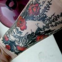 Tattoo von weißem Kater auf dem Mohnfeld am Unterarm