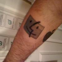 Un quadretto che sorride tatuato sul braccio
