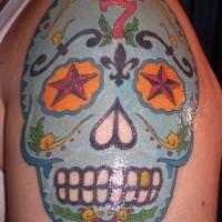 Cranio blu tatuaggio sulla spalla