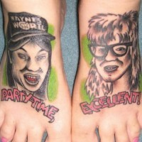 waynes world tatuaggio entrembe sul piede
