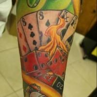 tatuaje en la manga cosas de los juegos de azar en el fondo verde