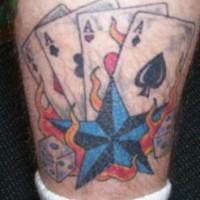 tatuaje en la pierna de cuatro ases con una estrella