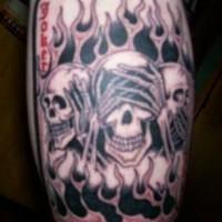 tatuaje de trés cráneos en estilo de monos sabios en llamas