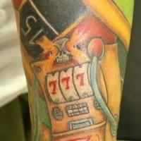 el tatuaje en el brazo del mundo de juegos y la ruleta con tres sietes