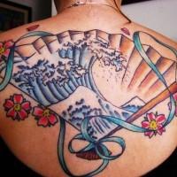 Tatuaje de un abanico con el dibujo de una ola grande