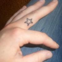 Tatuaje en la mano, estrella simple, diminuta
