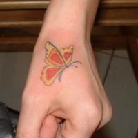 La farfalla arancione tatuata sulla mano