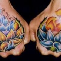 Impressionante tatuaggio sulle mani : giglio con il fuoco e giglio con l'acqua