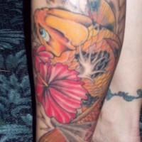 Le tatouage d'hibiscus et de koї sur le mollet