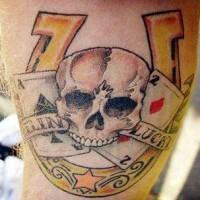 ferro di cavallo con il cragno scheletro e carte tatuaggio