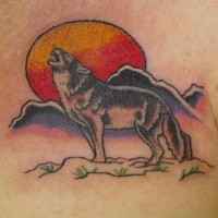 Tatuaggio colorato il volpe che ulula e la luna rossa