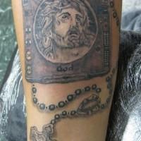 Tatto di Bibbia con rosario e croce