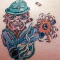 irlandese leprechaun con pistola tatuaggio colorato