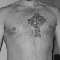 pietra croce celtico tatuaggio sul petto