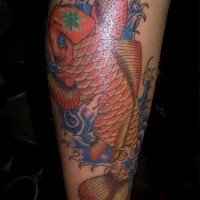 Le tatouage japonais de koï rouge dans le mer