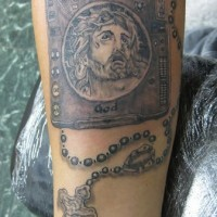 Il tratto di Gesù con  la croce e qualche geroglifico tatuati