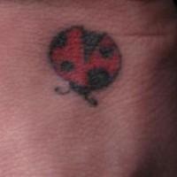 Minimalistischer Marienkäfer Tattoo