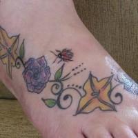 Marienkäfer auf Blumen Tattoo