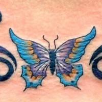 Le tatouage de papillon tribal multicolore
