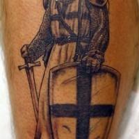 Guerriero con il scudo non colorato tatuato sulla gamba
