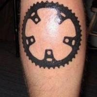 L'elemento della macchina tatuato sulla gamba