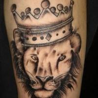 Le tatouage de lion couronné à l'encre noir