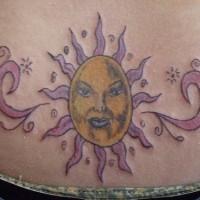 Tatuaggio sulla lombo impressionante sole roso giallo