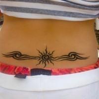 Segno di sole con le disegni tatuati sulla lombo