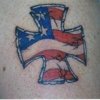 Le tatouage de croix de Malte avec le drapeaux de l'USA