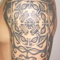 Maori schwarzes Tribal Tattoo an der Schulter