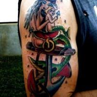 Ancre avec le tatouage de sirène et un bébé