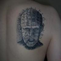 Pinhead tatuaggio sulla schiena