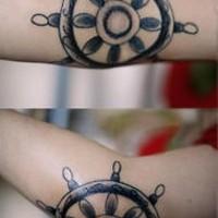 Volante tatuaggio sul gomito