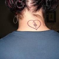 Nero cuore tatuaggio sul collo