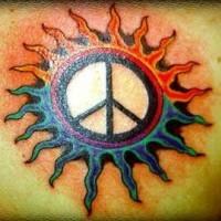 Friedenszeichen in Sonnentätowierung