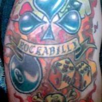 el tatuaje de Rockabilly y el mundo de juegos en llamas