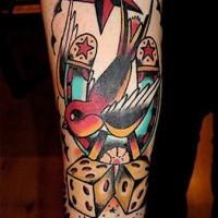 El tatuaje del estilo clásico con estrella y gorrión de la suerte
