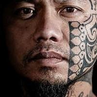Polinesiano tatuaggio sul viso