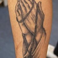 Mani mentre preghiera e rosario tatuaggio