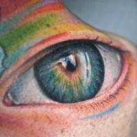 Un gros tatouage d'œil réaliste