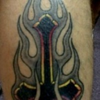 Croce petrine tribale in fiamma tatuaggio