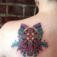 Croce celtica colorato con fiori intorno tatto indimenticabile