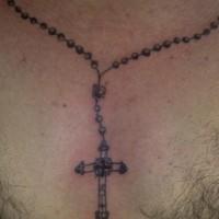 La corona del rosario con croce tatuaggio sul collo