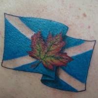 Le tatouage du drapeau de l'Écosse avec une feuille d'érable