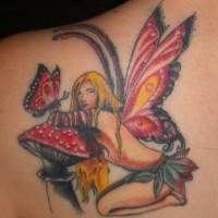 Sexy Fee auf Pilz mit Schmetterlingen Tattoo
