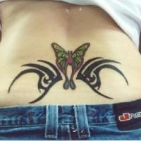 Le tatouage de papillon d'entrelacs tribale sur le bas du dos
